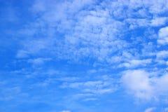 Ciel bleu avec le fond 171017 0123 de nuages Photographie stock