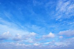 Ciel bleu avec le fond 171017 0128 de nuages Images stock
