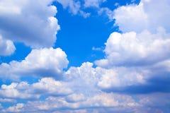 Ciel bleu avec le fond 171018 0144 de nuages Photographie stock