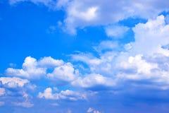 Ciel bleu avec le fond 171019 0177 de nuages Photographie stock libre de droits