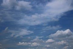 Ciel bleu avec le fond de nuages photos stock