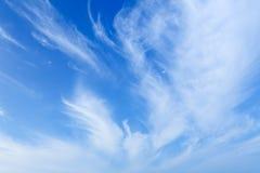 Ciel bleu avec le fond de nuages Photographie stock libre de droits