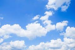 Ciel bleu avec le fond de nuages Photo libre de droits