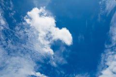 Ciel bleu avec le fond de nuages Photos libres de droits