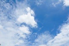 Ciel bleu avec le fond de nuages Images libres de droits
