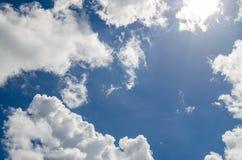 Ciel bleu avec le nuage. Photo stock