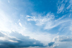 Ciel bleu avec le nuage image libre de droits