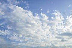Ciel bleu avec le nuage Images stock