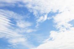 Ciel bleu avec le nuage Image stock