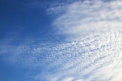 Ciel bleu avec le nuage Photos stock