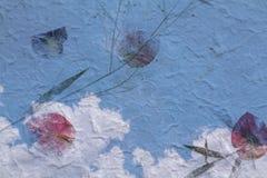 ciel bleu avec le nuage blanc sur la texture de papier de vintage Photo libre de droits