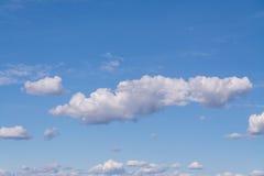 Ciel bleu avec le nuage, nuages blancs Images stock