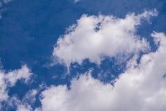 Ciel bleu avec le nuage, nuages blancs Image stock