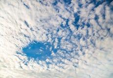 Ciel bleu avec le plan rapproché de nuages. photos stock