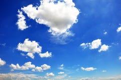 Ciel bleu avec le plan rapproché de nuages Photos libres de droits