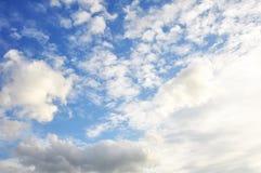 Ciel bleu avec le plan rapproché de nuages Photographie stock libre de droits
