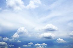 Ciel bleu avec le plan rapproché de nuages Photographie stock
