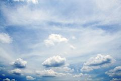 Ciel bleu avec le plan rapproché de nuages Photo stock