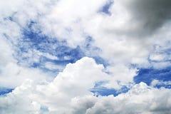 Ciel bleu avec le plan rapproché de nuages Photos stock
