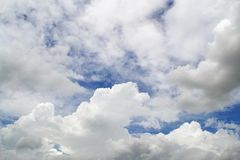 Ciel bleu avec le plan rapproché de nuages Photo libre de droits