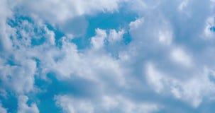 Ciel bleu avec le temps ensoleillé de nuages banque de vidéos