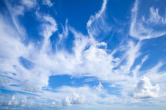 Ciel bleu avec les couches blanches de nuages photos stock