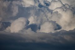 Ciel bleu avec les cumulus blancs photographie stock