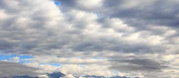Ciel bleu avec les cumulus blancs Fond naturel abstrait images libres de droits
