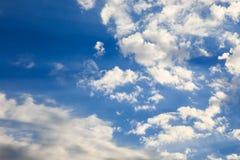 Ciel bleu avec les cumulus blancs Fond naturel abstrait photo stock