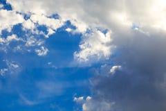 Ciel bleu avec les cumulus blancs Fond naturel abstrait photos stock