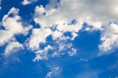 Ciel bleu avec les cumulus blancs Fond naturel abstrait photos libres de droits