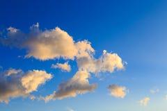 Ciel bleu avec les cumulus blancs Fond naturel abstrait image stock