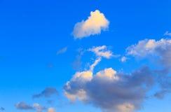 Ciel bleu avec les cumulus blancs Fond naturel abstrait photographie stock libre de droits