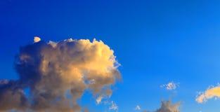 Ciel bleu avec les cumulus blancs Fond naturel abstrait photo libre de droits