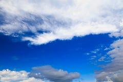 Ciel bleu avec les cumulus blancs Fond naturel abstrait photographie stock
