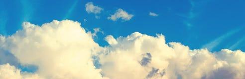 Ciel bleu avec les cumulus blancs Fond naturel panoramique images stock