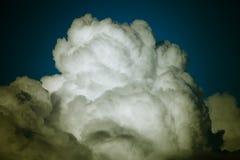 Ciel bleu avec les cumulus blancs toned photographie stock