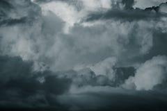 Ciel bleu avec les cumulus blancs toned photo stock