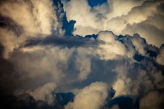 Ciel bleu avec les cumulus blancs toned photographie stock libre de droits