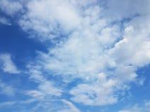 Ciel bleu avec les cumulus blancs un temps clair ensoleillé Fond naturel pour la conception postérieure Prévision de temps sur le images stock