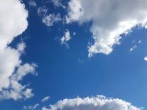 Ciel bleu avec les cumulus blancs un temps clair ensoleillé Fond naturel pour la conception postérieure Prévision de temps sur le photo stock