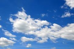 Ciel bleu avec les nuages blancs Photo libre de droits