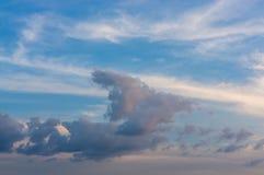 Ciel bleu avec les nuages blancs photo stock
