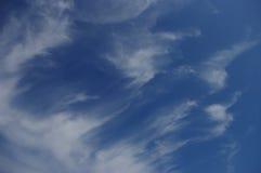 Ciel bleu avec les nuages blancs Image stock