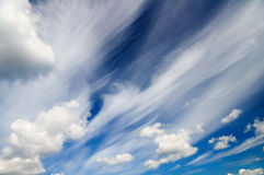 Ciel bleu avec les nuages blancs Images libres de droits