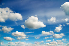 Ciel bleu avec les nuages blancs Photographie stock
