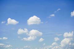 Ciel bleu avec les nuages blancs images stock