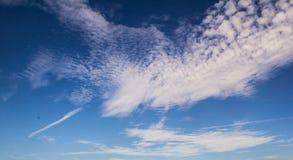 Ciel bleu avec les nuages blancs Image libre de droits