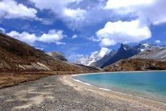Ciel bleu avec les nuages blancs au-dessus de la montagne de lac et de neige Image libre de droits