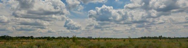Ciel bleu avec les nuages blancs et pelucheux au-dessus de l'horizon photo stock